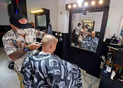 BARBER SHOP : Bisnis pangkas rambut atau biasa yang dikenal Barber Shop mulai bermunculan di Kota Pontianak. Pada November 2015, berdasarkan statistik Badan Pusat Statistik Provinsi Kalimantan Barat, jasa ini mengalami kenaikan harga. MEIDY KHADAFI/PONTIANAK POST
