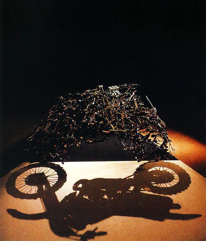 Pilas de basura acumuladas transformadas en artisticas ilusiones de sombras por Shigeo Fukuda
