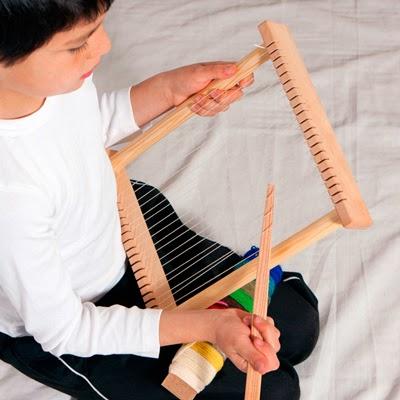 Bastidor de madera de pequeño tamaño para usar como telar para niños. Basado en la pedagogía Waldorf