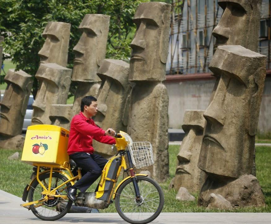 Replika patung-patung Moai (Polinesia)