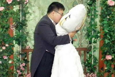 Неравный брак - человек и подушка.