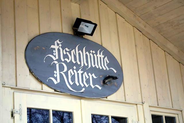 Die Fischhütte Reiter bietet selbst geräucherte Fischspezialitäten aus dem Chiemsee an. Wir sind gespannt! © Copyright Monika Fuchs, TravelWorldOnline