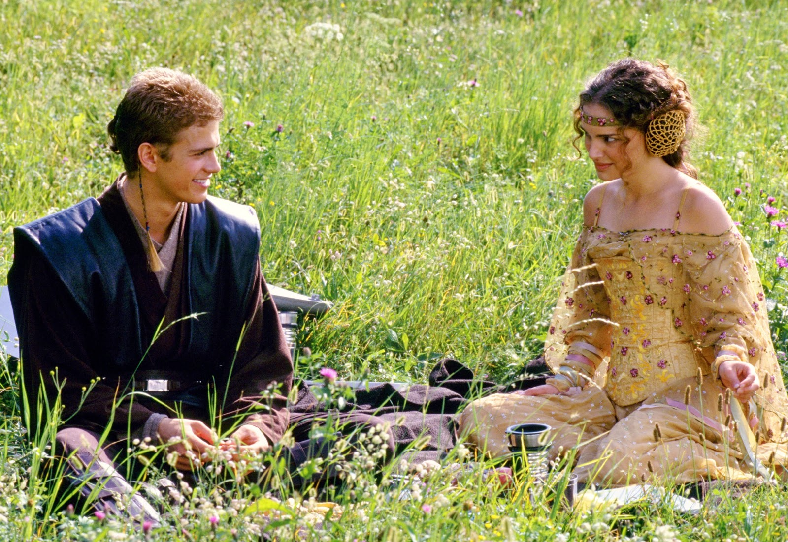 http://4.bp.blogspot.com/-6lzgVIClbvY/UVjgfZy1-fI/AAAAAAAAHyI/UDNvjPpFpGM/s1600/Hayden+Christensen+as+Anakin+Skywalker+and+Natalie+Portman+as+Queen+Padm%C3%A9+Amidala+in+Star+Wars+Episode+II+-+Attack+of+the+Clones+(2002)..jpg
