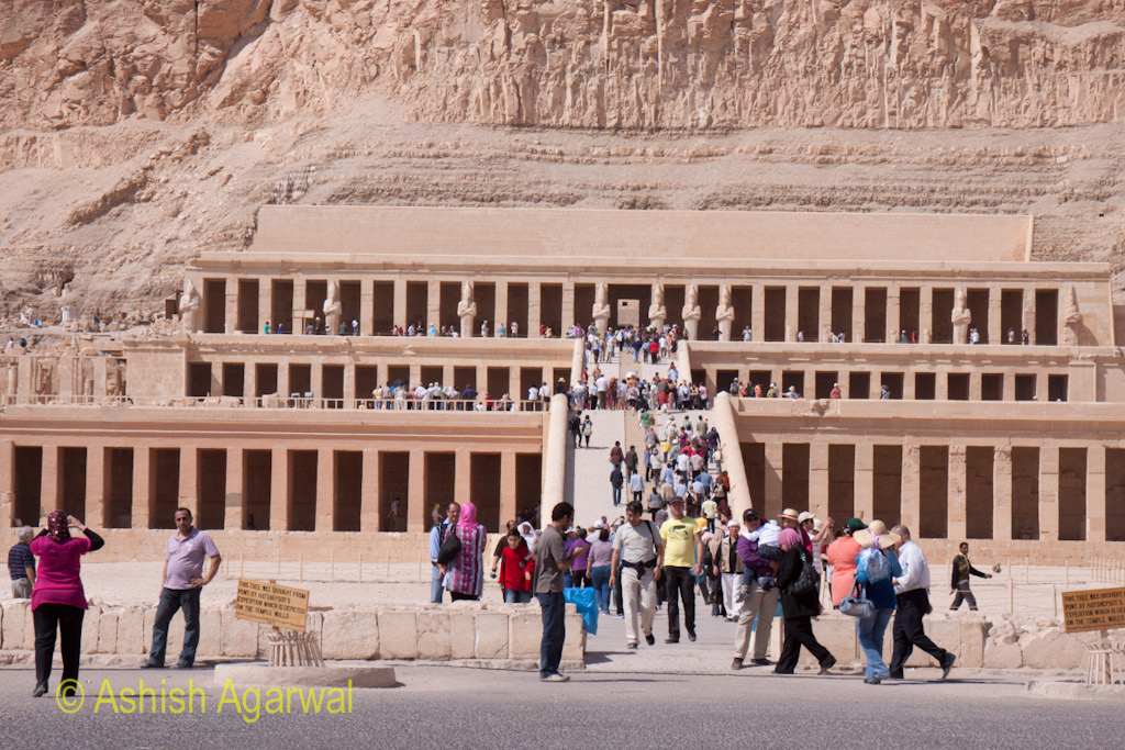 Huge crowds at the Hatshepsut mortuary temple complex close to Luxor