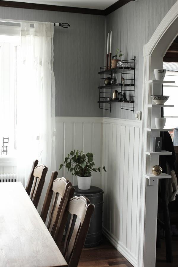 före renovering i matsalen, bröstpanel rivits bort, målat om i matsalen,