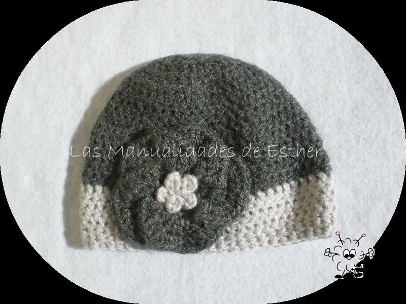 gorro de lana gris con flor tejido a crochet