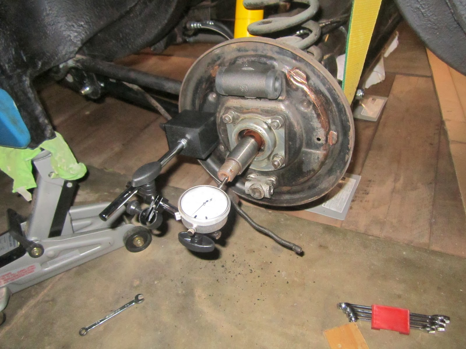 Measuring the Spicer rear axle play with a dial indicator Volvo Amazon