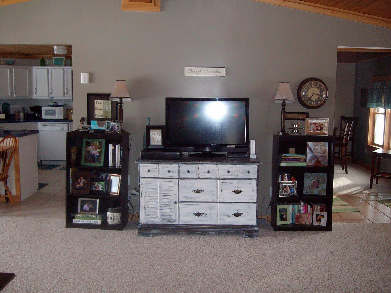 mrs livin the dream trashed dresser turned shabby chic. Black Bedroom Furniture Sets. Home Design Ideas
