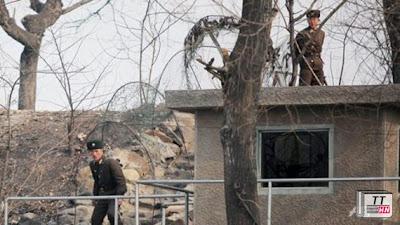 Binh sĩ Triều Tiên tại một tháp canh bên bờ sông Yalu ở thị trấn biên giới Sinuiju.