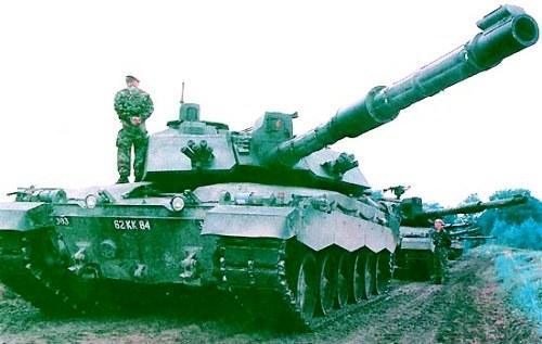 Tank Challenger 2 memasuki layanan dengan Angkatan Darat Inggris pada Juni 1998