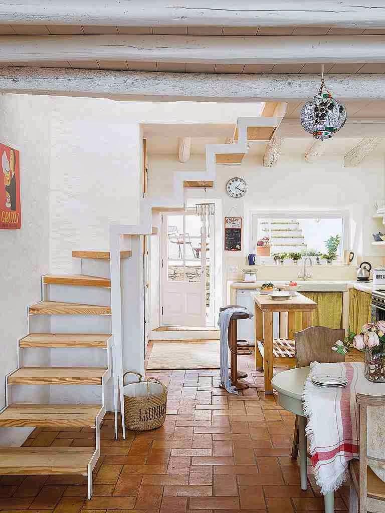 Rustykalne wnętrze, nowoczesne schody w rustykalnym domu, kosz na pranie z napisem