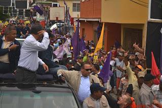"""Leonel se molesta y hace señal de """"locos"""" a personas que rechazan caravana del PLD"""