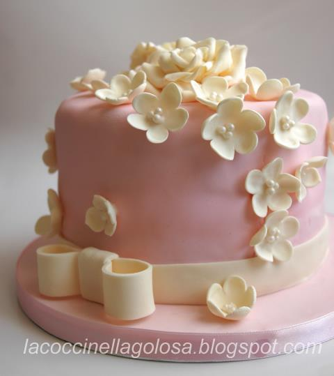 Lacoccinellagolosa torta di compleanno rosa e avorio for Decorazioni per torta 60 anni