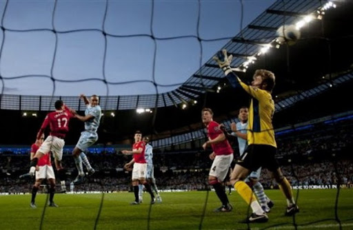 David de Gea fails to stop a header from Vincent Kompany
