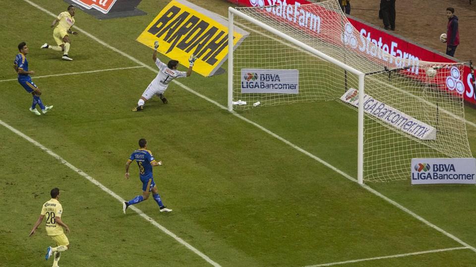 Michael Arroyo, jugador ecuatoriano de Ecuador anotando el primer gol de la Final entre America y Tigres, del torneo Apertura 2014 | Ximinia