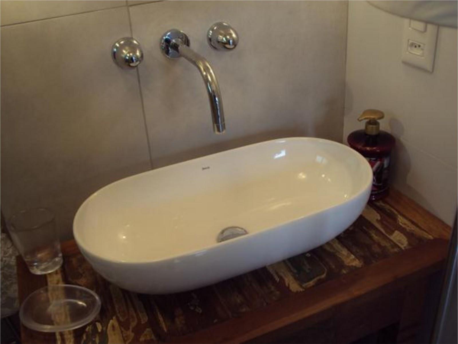 HELENA TORRES: REFORMA DE APARTAMENTO NA BARRA BANHEIRO RÚSTICO #2F1E19 1600x1200 Banheiro Com Porcelanato Cimento