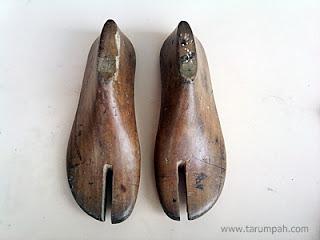 Sepatu Kayu