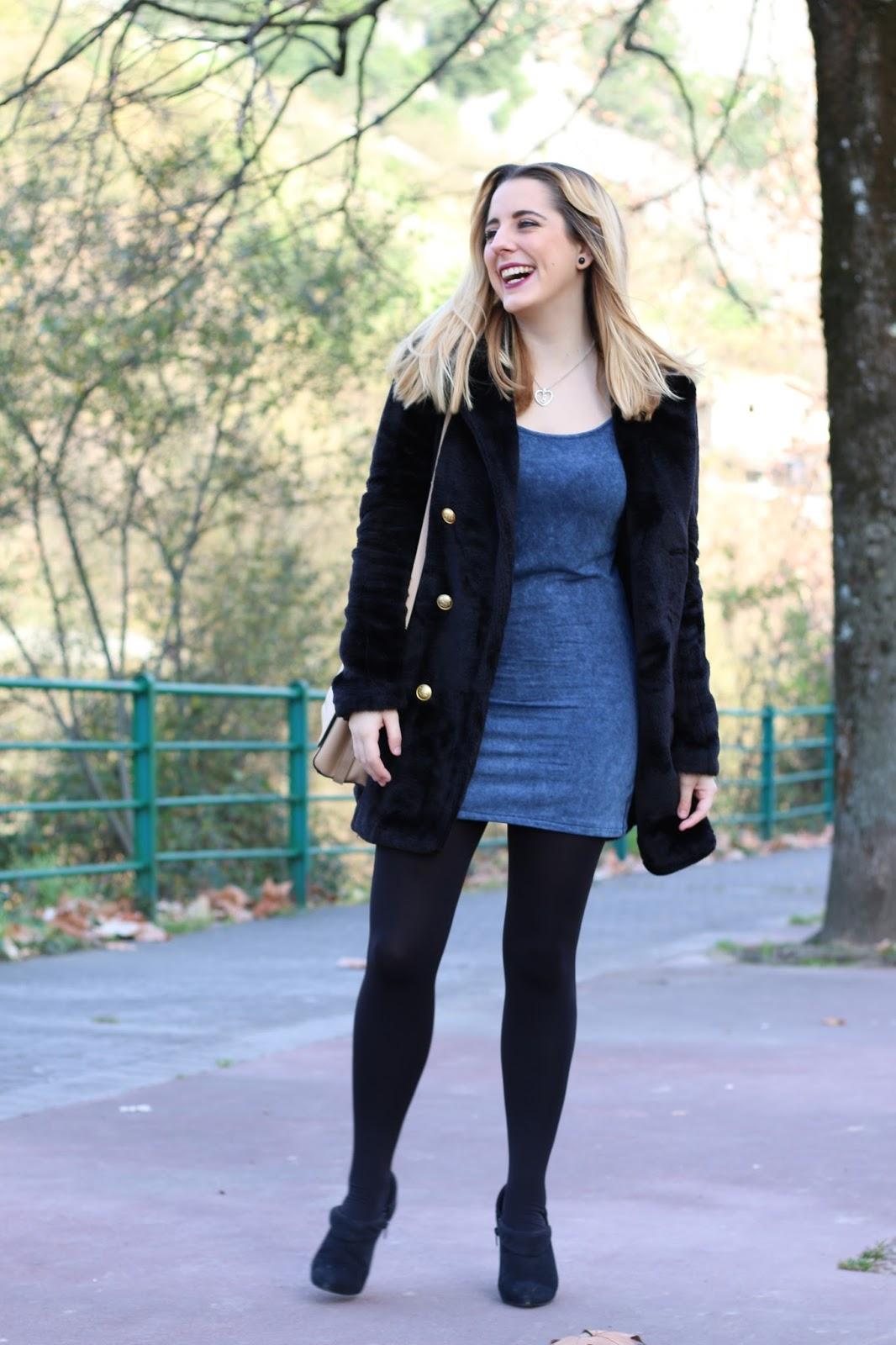 Vestido negro con botines azules