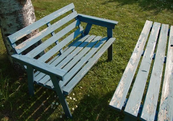 Soffa och bord med blå färg som flagar.