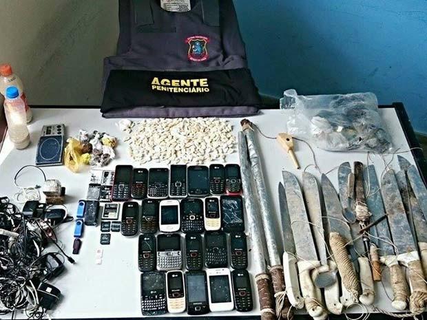 Facões, drogas e celulares foram encontrados no presídio de Jequié nesta quarta-feira (Foto: Fabiano dos Santos/Site Binho Locutor)