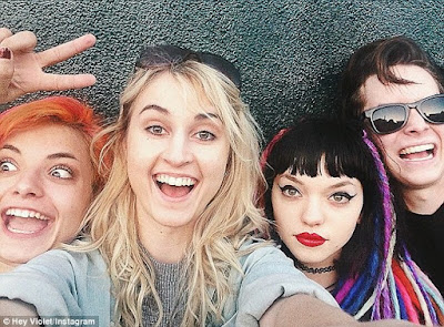 http://www.dailymail.co.uk/tvshowbiz/article-3010293/5-Seconds-Summer-sign-pop-punk-group-Hey-Violet-record-label-Aussie-rockers-discovered-One-Direction.html
