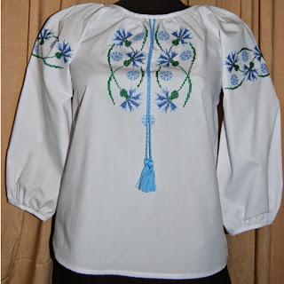 """Вышиванка на девочку """"Васильки"""" 10-12 лет из белой рубашечной ткани с длинным рукавом."""