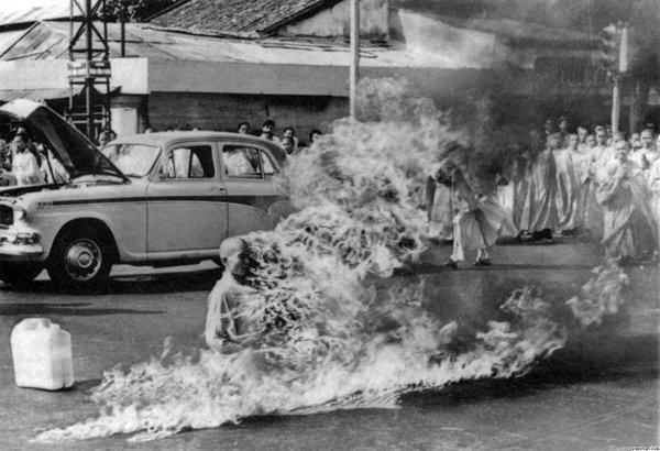 عجائب الدنيا وهل تعلم - هذه صورة لراهب ثيش كوانغ دوك، الذي أحرق نفسه.
