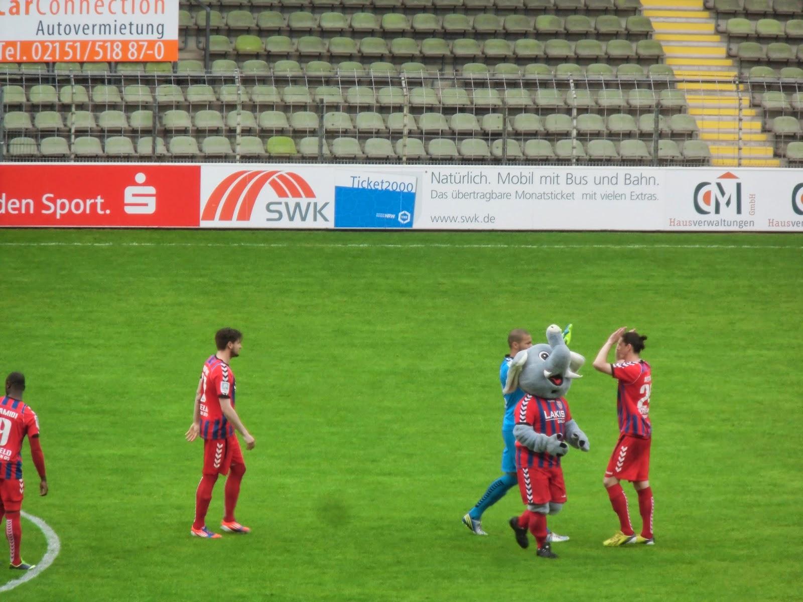 Trio in voetbalstadion