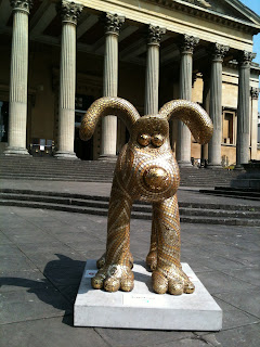 A Gromit covered in gold mosaic