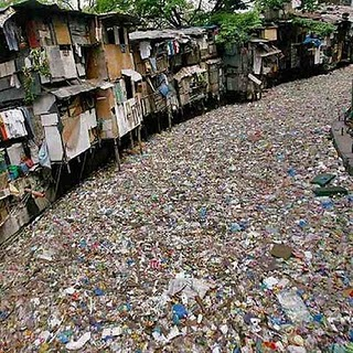 citarum river indonesia covered in garbage Tempat tempat Paling Beracun Di Dunia