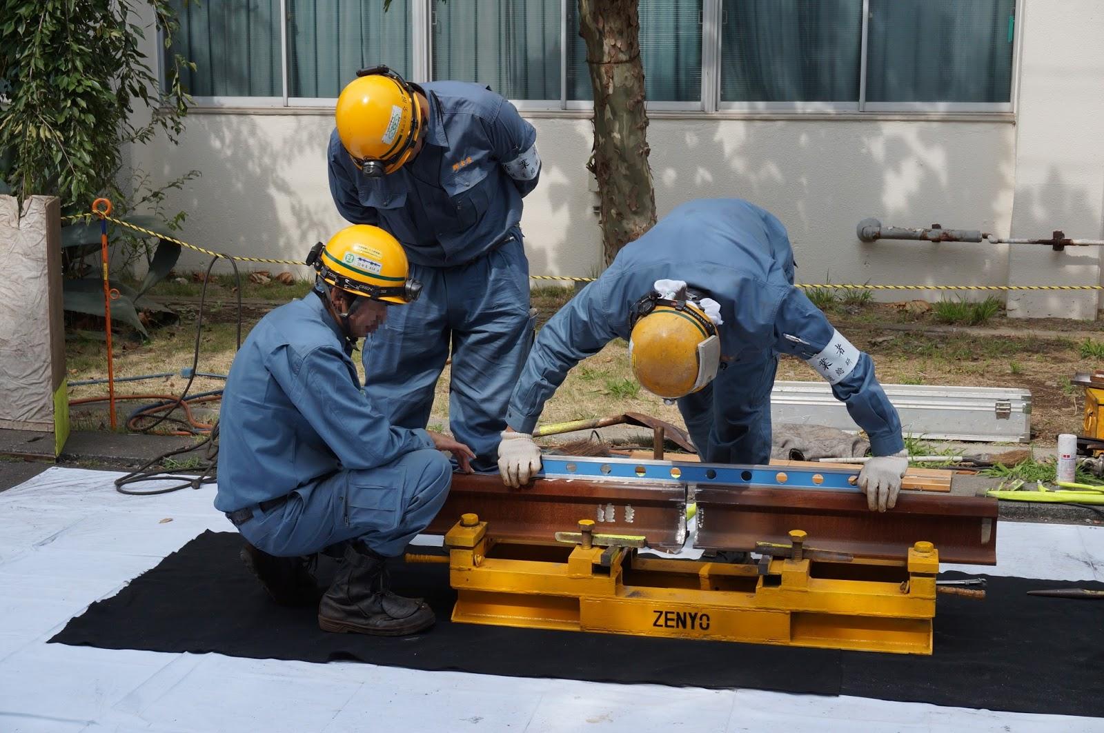 レールのテルミット溶接実演の準備作業