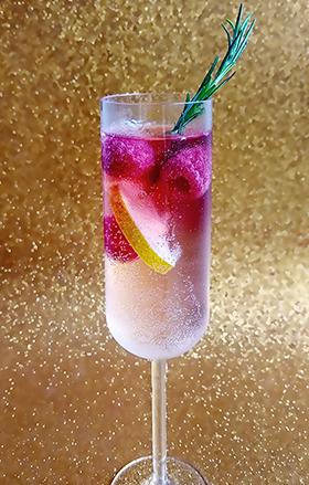 Espumante brut + kombucha de hibisco e cranberry + limão siciliano + framboesas congeladas