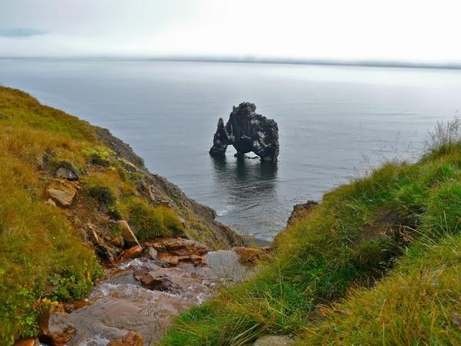 Скала в форме динозавра высотой в 15 метров на севере Исландии