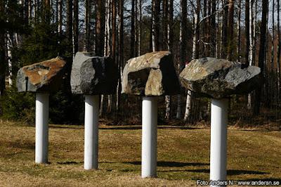 fyra stenar på varsin piedestal
