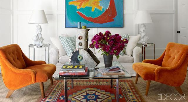 salon con mesa años 70 y butacas retro en color naranja mostaza
