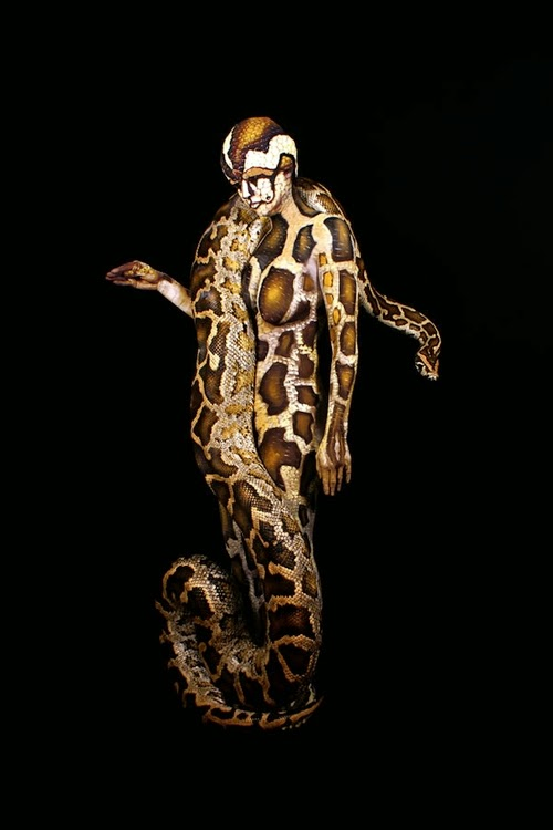 16-Python-Body-Paint-Johannes-Stötter-Musician-Fine-Art-Body-Painter-www-designstack-co