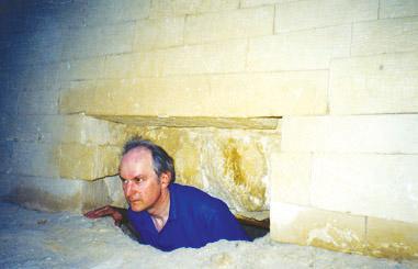 Ο καθηγητής Robert Temple στο εσωτερικό των κοιλοτήτων που βρίσκονται στο πίσω μέρος της Μεγάλης Σφίγγας