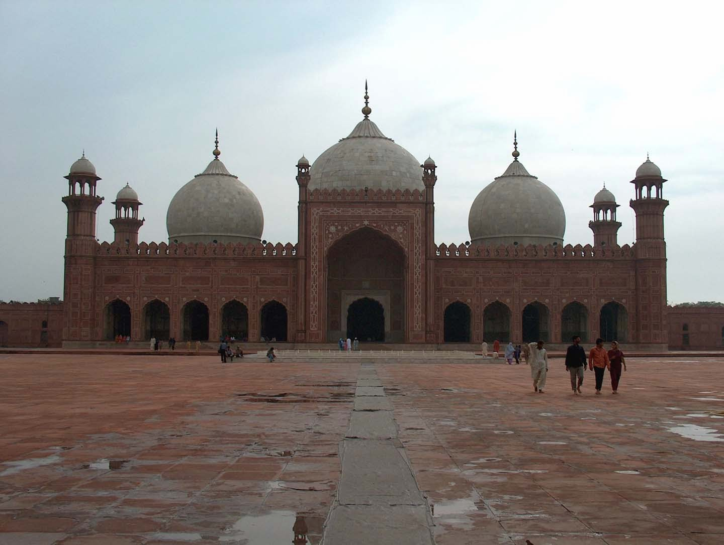 badshahi mosque The badshahi mosque is the fifth largest mosque in the world it was built by order of mughal emperor aurangzeb and was completed in 1673, making it one of the oldest mosques as well.