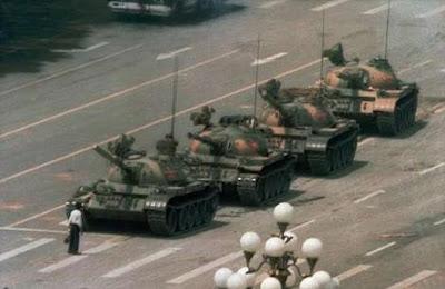 """Tiananmen, """"Praça da Paz  Celestial"""".  4 de Junho de 1989.Um homem contra os tanques e todo um sistema"""
