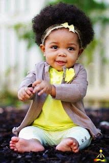 Lucunya foto bayi perempuan ini dengan gaya rambut keritingnya