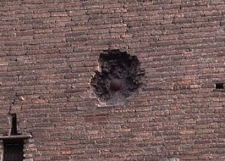 Palla di cannone nelle Mura Aureliane di Roma
