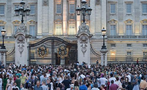 ORANG ramai berkumpul di pekarangan Istana Buckingham, untuk mendengar pengumuman kelahiran anak sulung Putera William dan isterinya, Kate.
