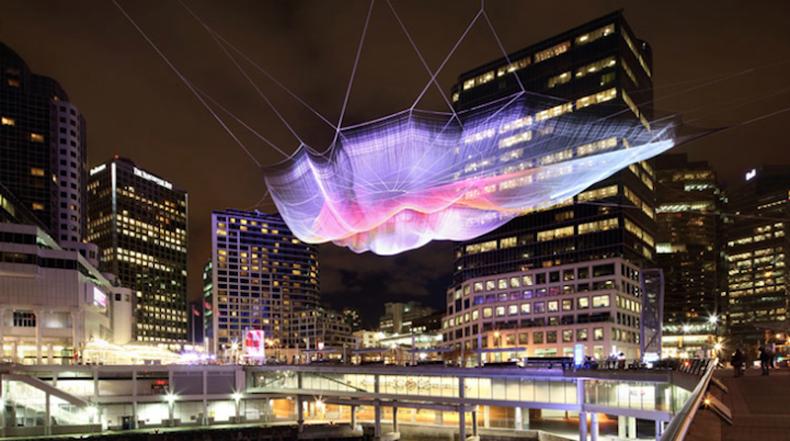 Monumental escultura interactiva hecha de red flota en el cielo