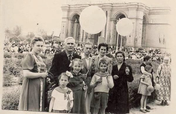 Ташкент - 1 мая 1957 г. Около театра Навои