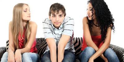 5 Keuntungan Mengencani Pria Pemalu