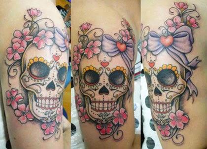 Tatuagens de caveiras mexicanas femininas delicadas