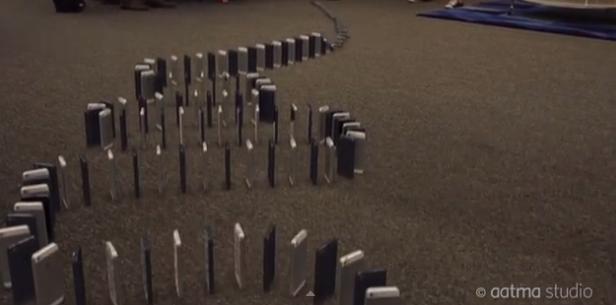 WOW! Orang Kaya Ini Bermain Domino Menggunakan 10.000 iPhone 5