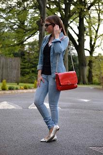 kako-nositi-crvenu-torbu-05