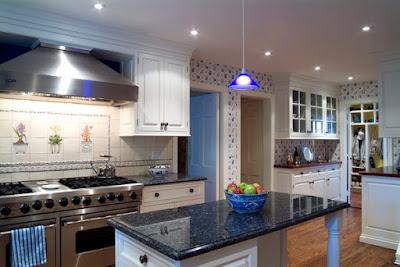 Comptoirs en granit bleu dans les cuisines modernes