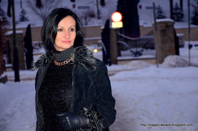 Szara spódniczka z koła, futerko i złoto – modny trend.